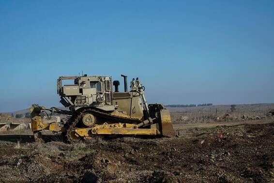 Bulldozer pendant les opérations de neutralisation des explosifs // Photo: porte-parole de Tsahal