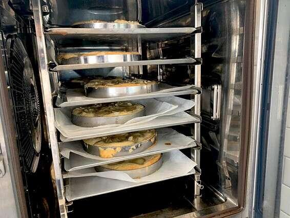 כיתה שלמה ממתינה לטארט שייסיים אפייה בתנור