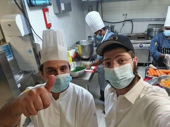 מכינים ארוחה כשרה לסועדים בדובאי