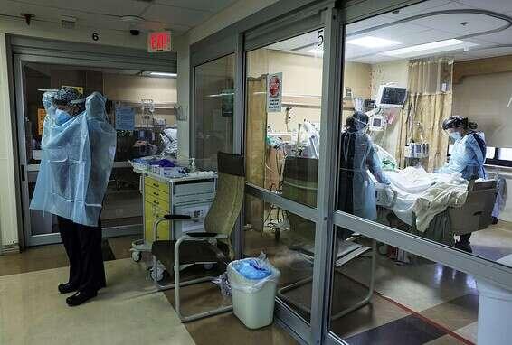 """אנשי צוות רפואי מטפלים בחולה קורונה בבית חולים בקליפורניה שבארה""""ב, בשבוע שעבר // צילום: Getty Images"""