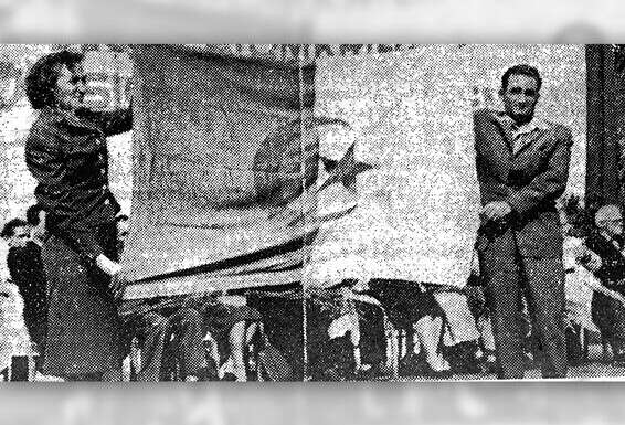 """""""Ont été collés les uns aux autres."""" Razek et Celina hissent le drapeau algérien en Allemagne de l'Est, 1957 // Photo: Institut Lavon / """"Davar"""""""