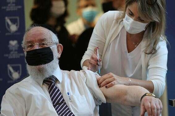 הרב הראשי לשעבר, מאיר ישראל לאו, לאחר שהתחסן נגד קורונה, בחודש שעבר // צילום: גדעון מרקוביץ'