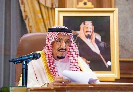 الملك سلمان يدلي بتصريح على شاشة التلفزيون. رويترز