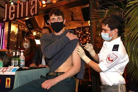Un jeune homme se fait vacciner contre Corona, à Tel Aviv, la semaine dernière // Photo: Coco