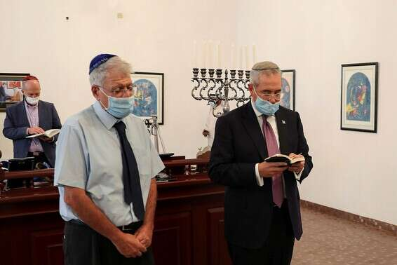 Members of the Israeli delegation visit the synagogue in Manama, Bahrain, today // Photo: AFP