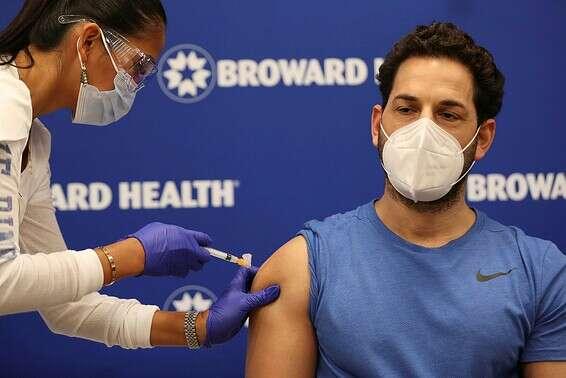 """איש צוות רפואי מתחסן נגד הקורונה בבי""""ח בפלורידה שבארה""""ב, בשבוע שעבר // צילום: Getty Images"""