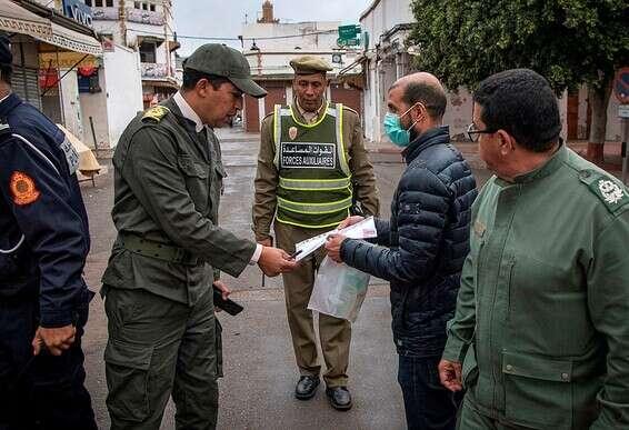 سكان داخل المغرب يأمرون رجلاً بالعودة إلى منزله في الرباط تصوير: أ ف ب