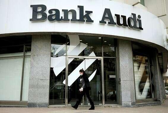 لبنانيون خارج البنك في صيدا الصورة: رويترز