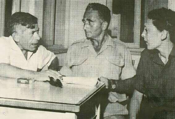 Partenaire de la révolution. Razek et Jozet avec Mordechai Oren (à gauche), l'un des dirigeants de Mapam, Kibbutz Hazorea, 1966 // Photo: Kibbutz Weekly Yad Tabenkin