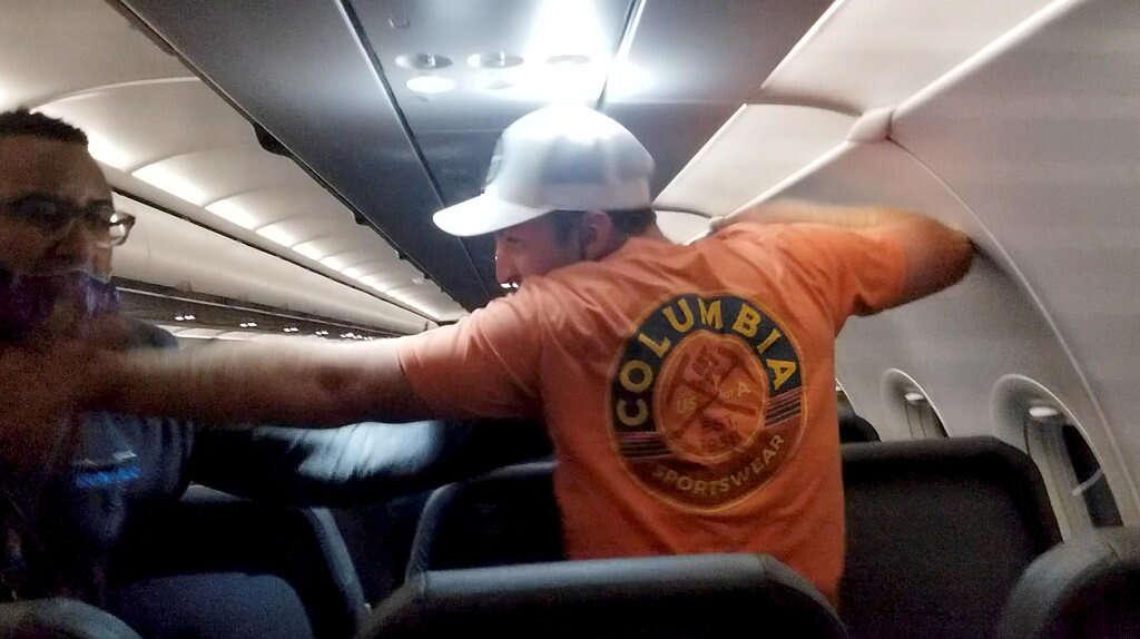 צפו: דייל הדביק במסקינטייפ נוסע שהתפרע בטיסה למיאמי