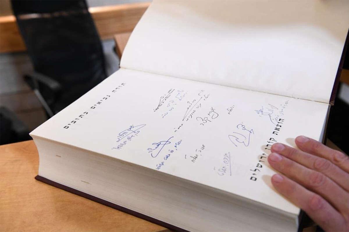 """הנשיא הרצוג חתם על התנ""""ך הנושא את חתימת אביו"""