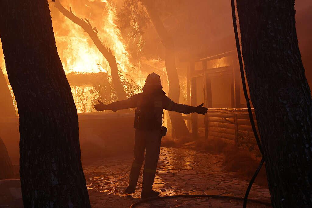 יוון: שריפת ענק מאיימת על אתונה