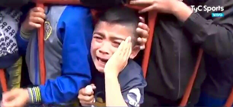 צפו: אוהד צעיר מתפרץ בבכי לאחר שקיבל מסכה ממרקוס רוחו